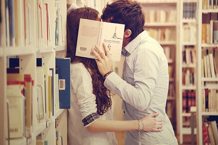 Kissingbehindbook